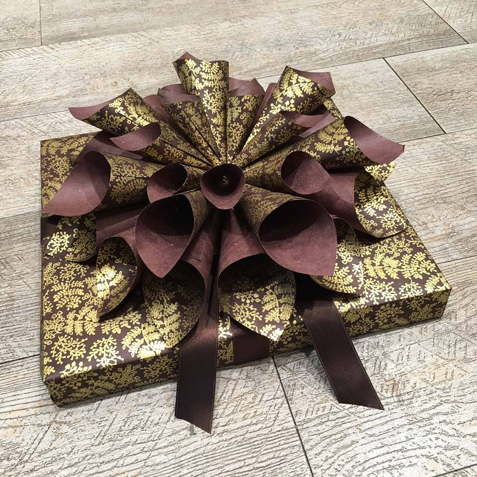 pacchetto regalo oro e viola