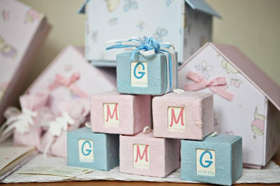 cubi di colore rosa e azzurro