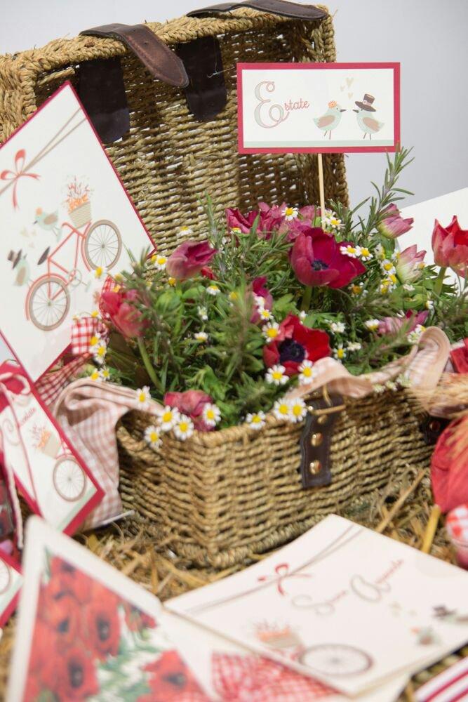 cesta di vimini con fiori