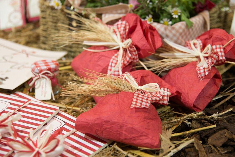pacchetti regalo di colore rosso e nastri a pois