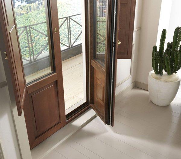 porta in legno d`entrata aperta