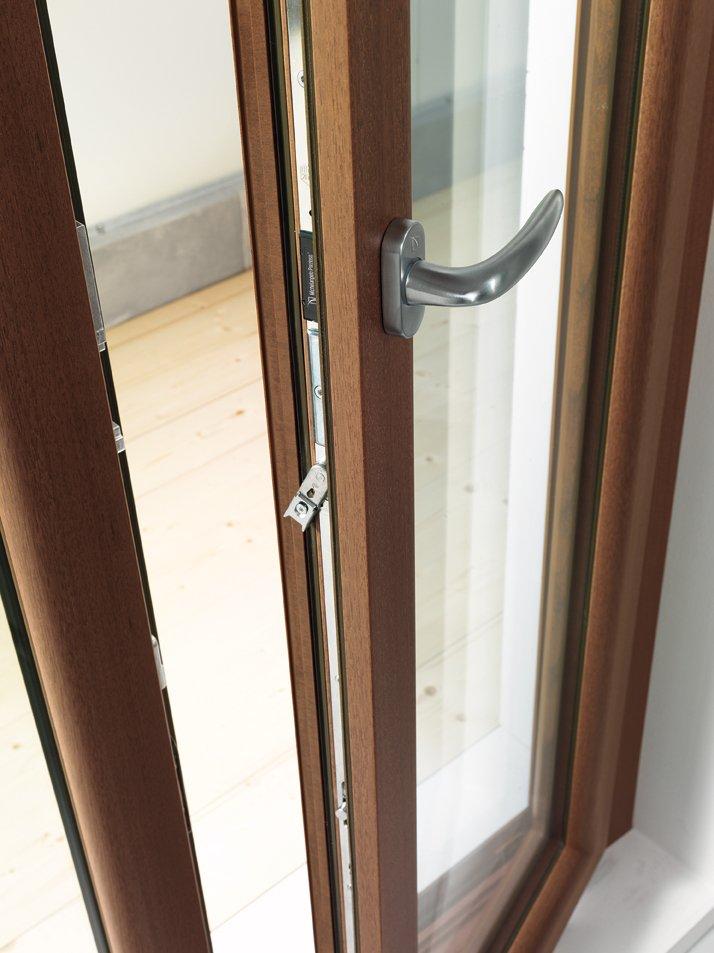 dettaglio di finestra in legno con apertura a maniglia