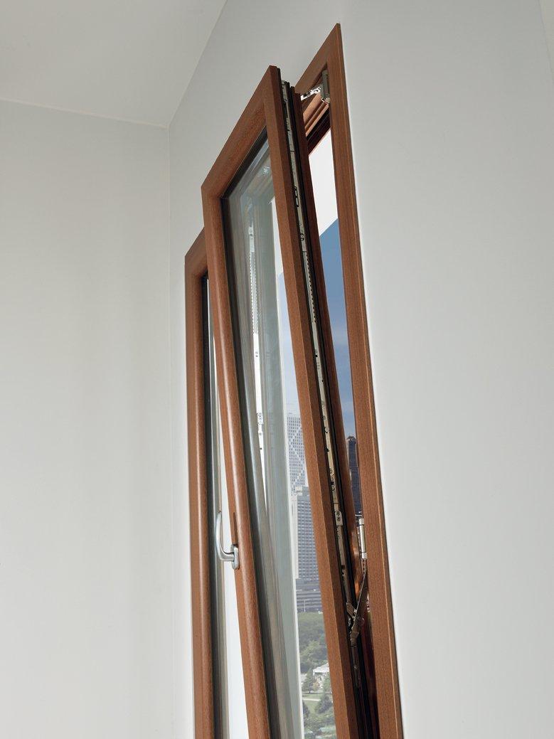 dettaglio di finestra in legno con apertura obliqua