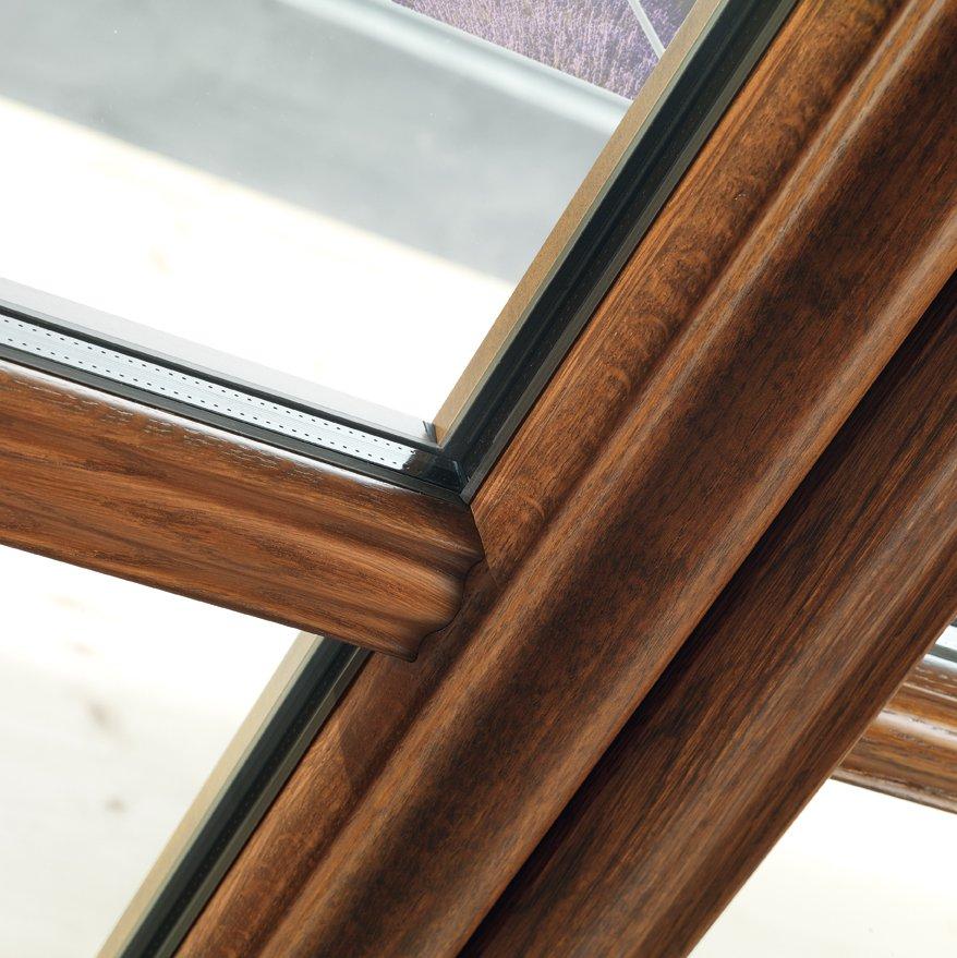 dettaglio di finestra in legno massello