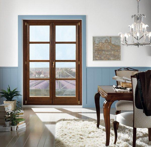 finestra in legno che da sul balcone di uno studio