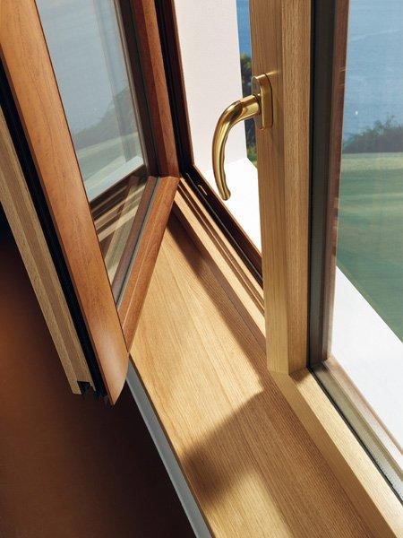 finestra di legno sottochiusa