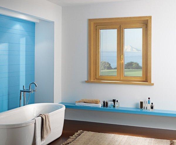 finestra di legno nel bagno