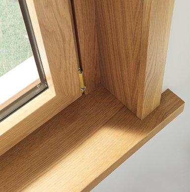 dettaglio di finestra in legno con infisso in acciaio