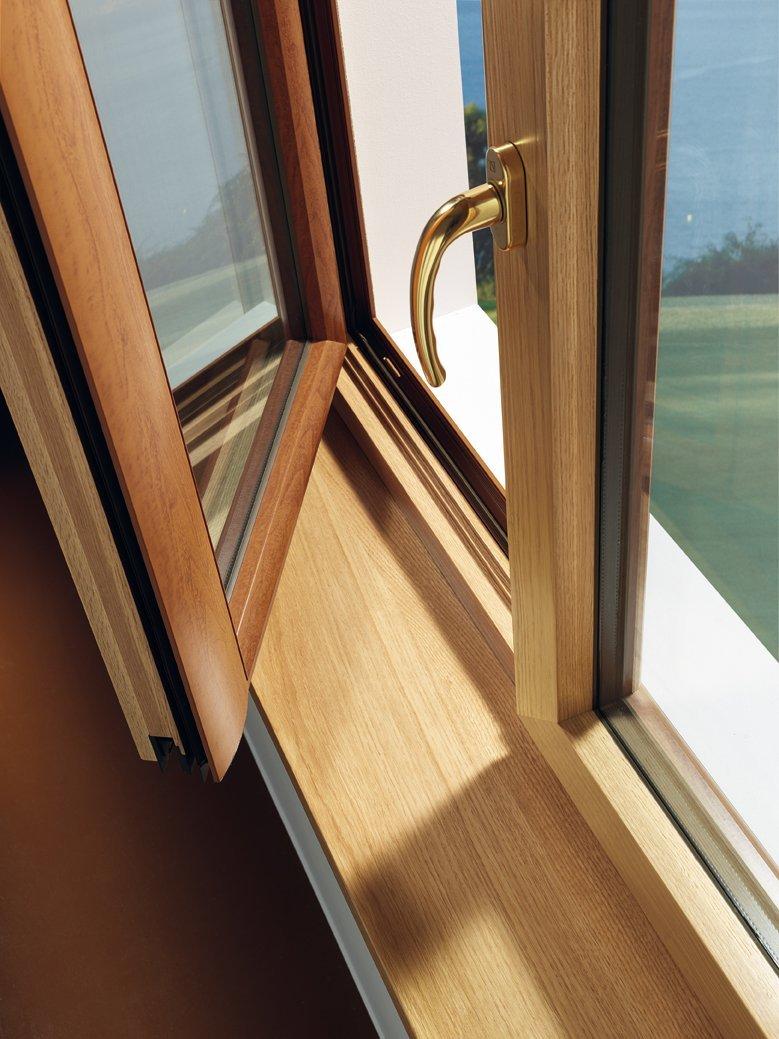 dettaglio di finestra in legno con infisso su misura
