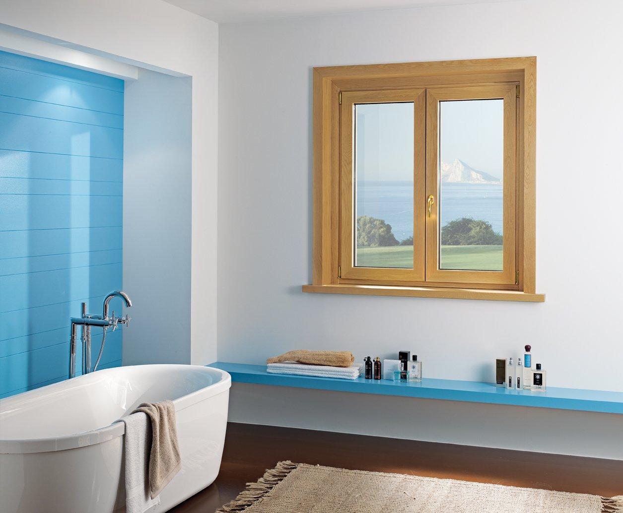 finestra con infissi in legno