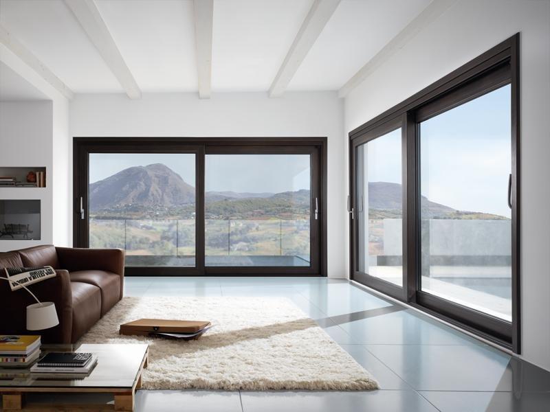 finestroni a vetro per salotto open space