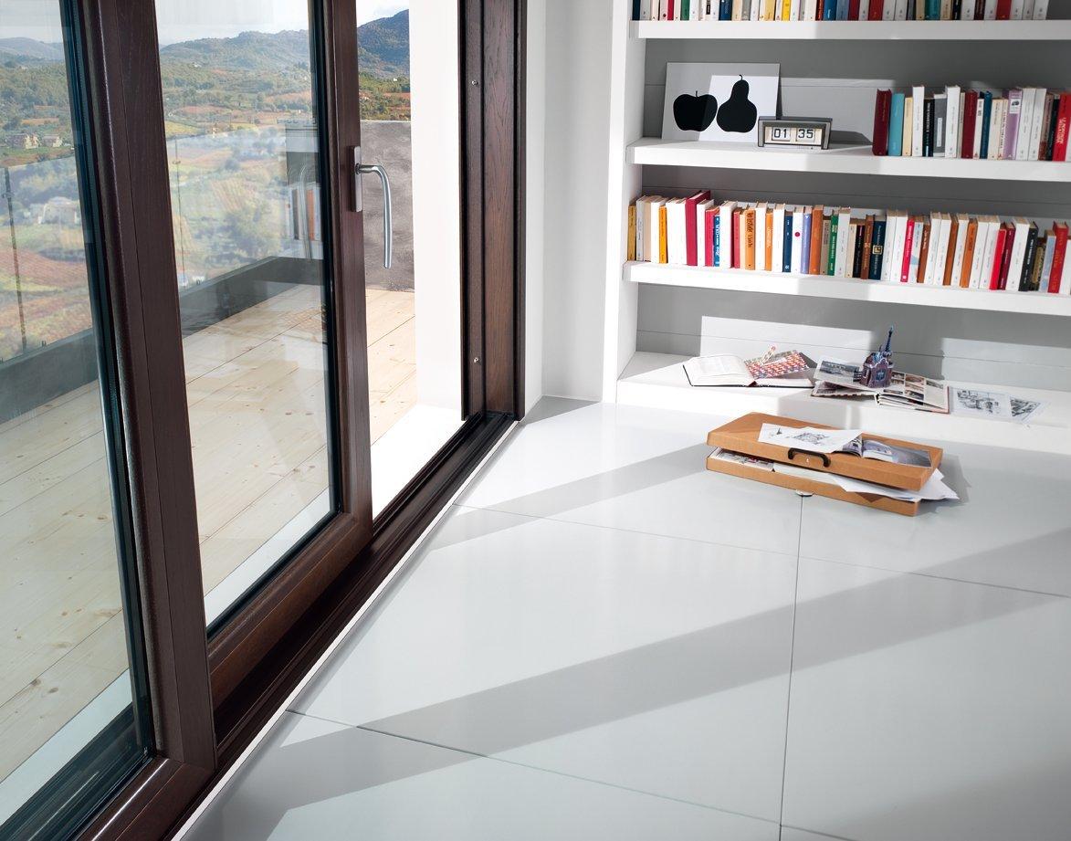 dettaglio di finestra in legno con apertura a scorrimento