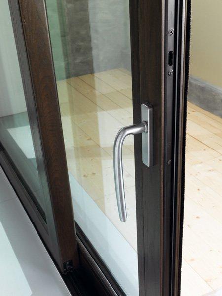 maniglia in alluminio di una finestra