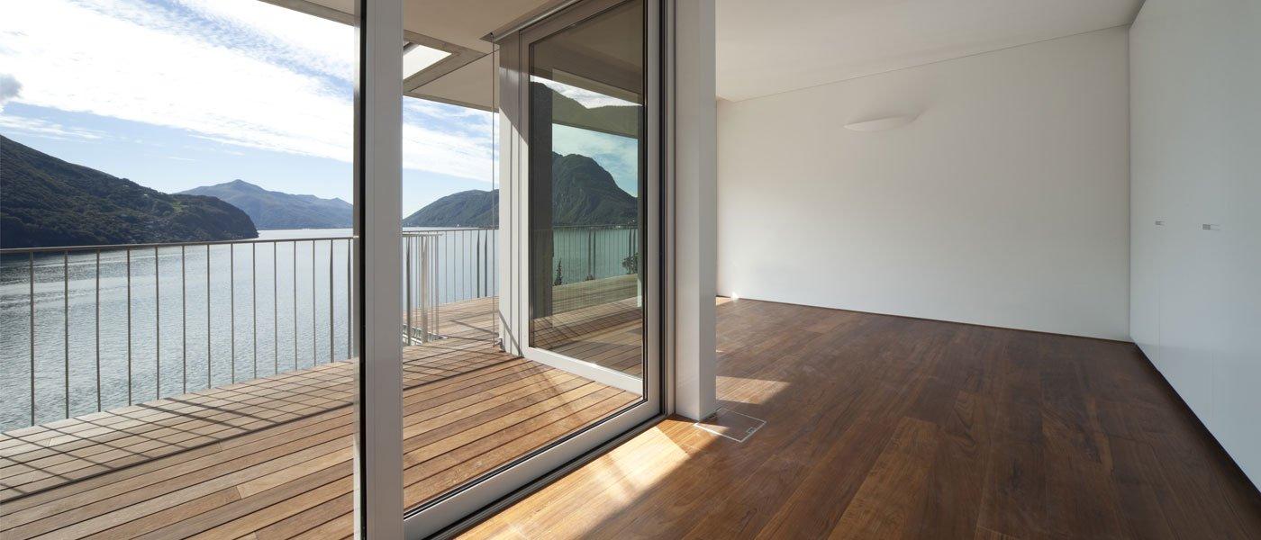 finestra di vetro nel soggiorno