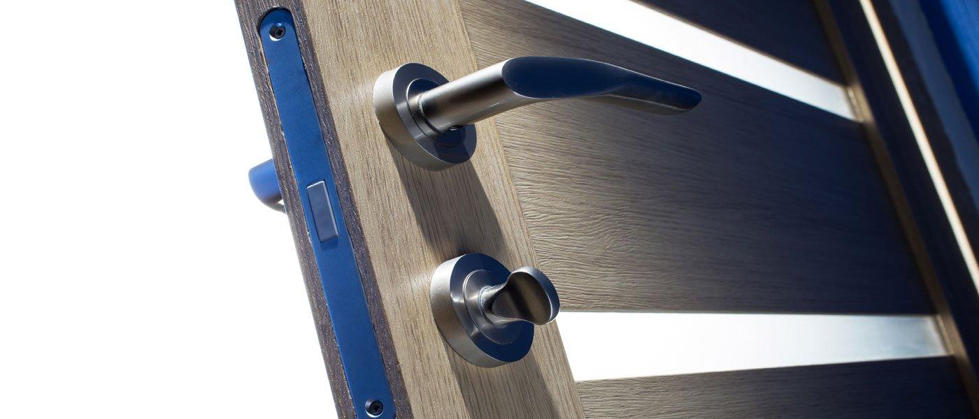 maniglia in alluminio di una porta