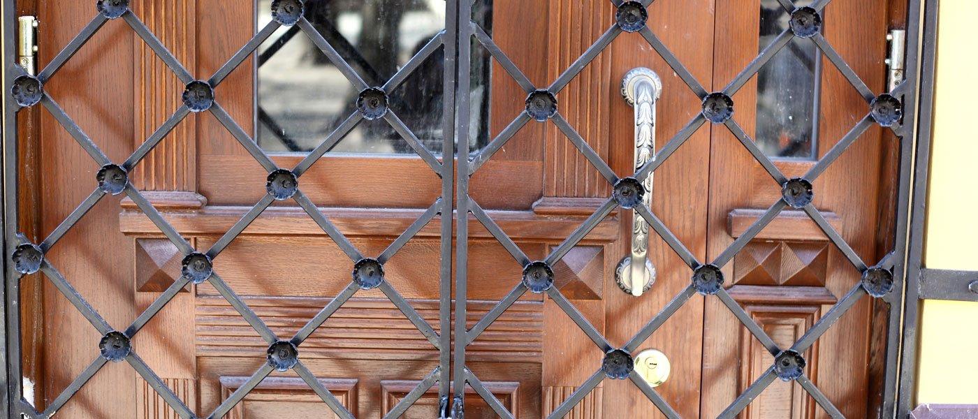 inferriate nella porta di ingresso