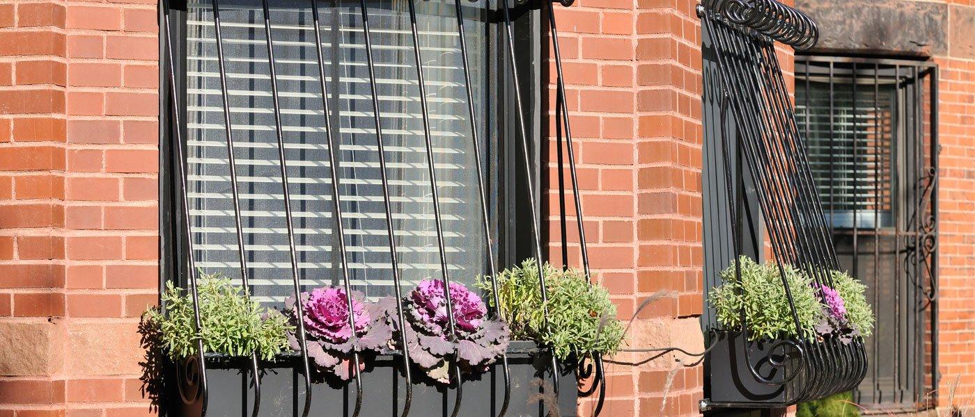balconi con infissi e piante