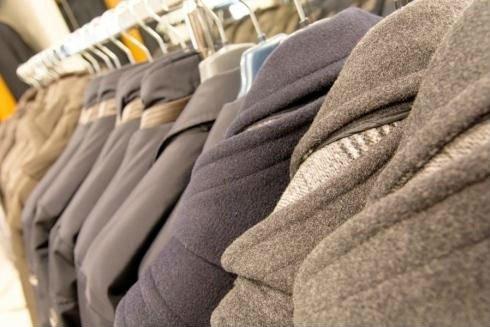 Abbigliamento da uomo, giacche appese
