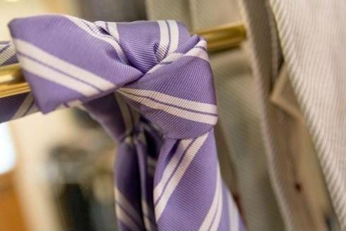 Cravatta viola e bianca