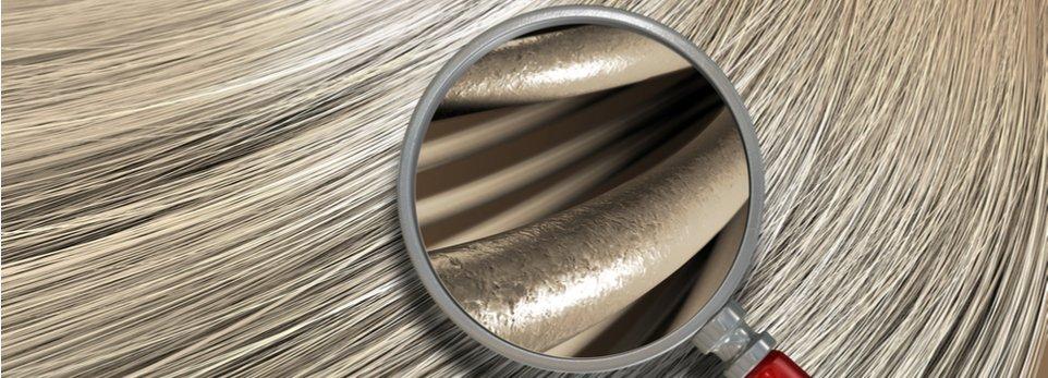 lente d'ingrandimento su chioma di capelli biondi