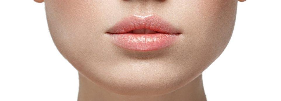 donna con labbra carnose