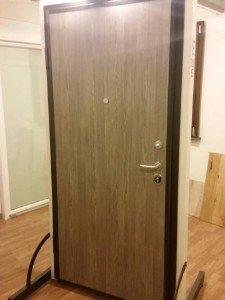 una porta da interno di color grigio