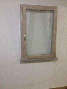 una finestrella in legno e vetro