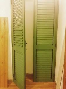 delle tapparelle in legno di color verde