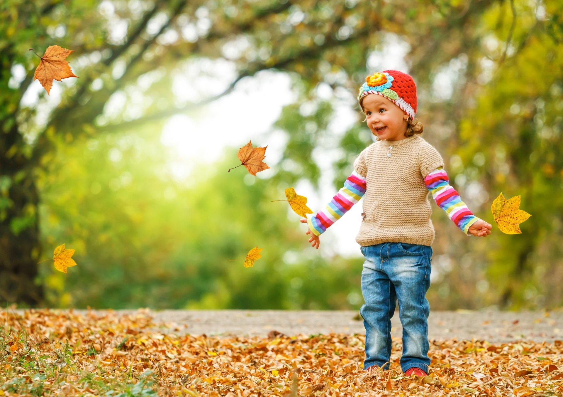 Девушками наушниках, картинки дети осенью играют