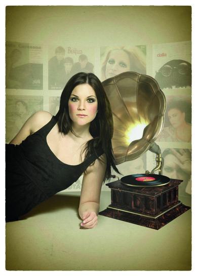 Modella con grammofono e cartoline sullo sfondo