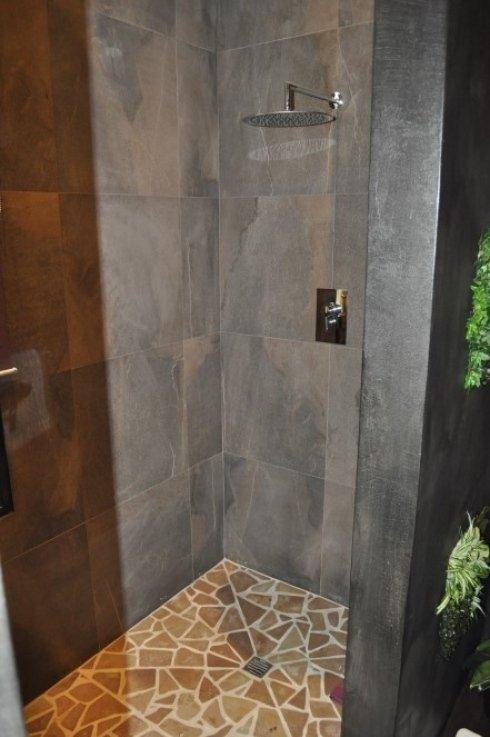 pavimento doccia in mosaico di sassi di fiume