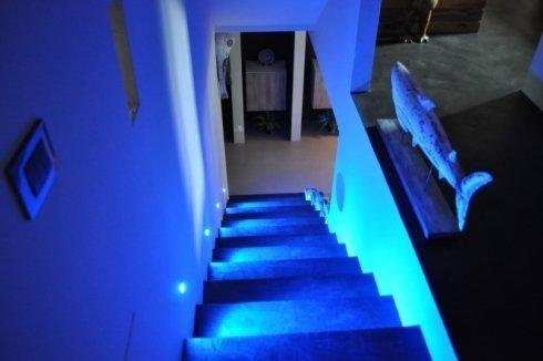 Vano scala illuminato con luci a led blu