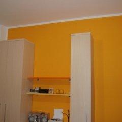 Parete realizzata con tempera arancione, Firenze