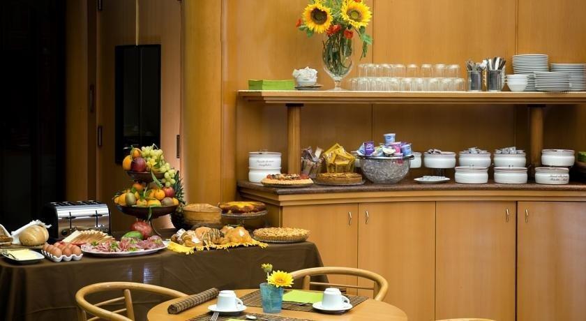 Buffet breakfast counter