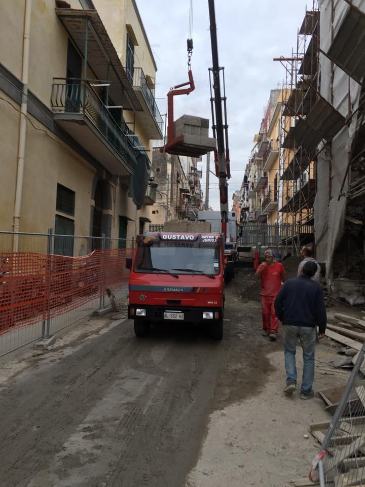 trasporto pallet con gru in un cantiere edile