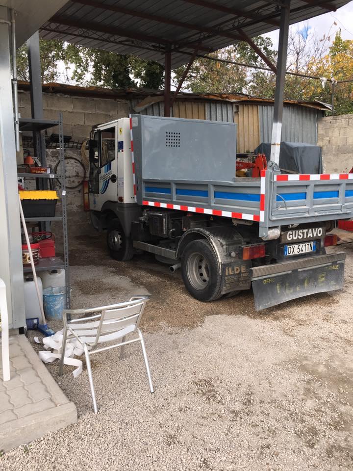 camion per scavi e trasporto materiale parcheggiato in officina