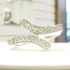 anello in oro bianco 750 con diamanti modello gentle curves