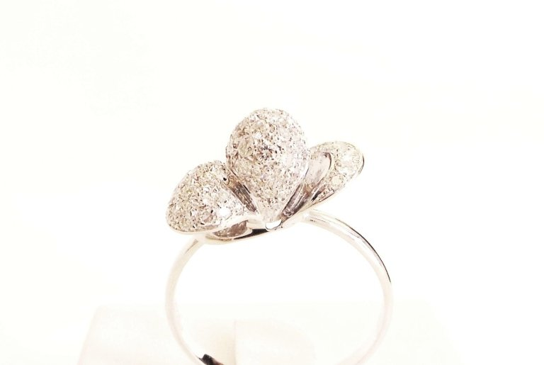 Cattelan - ring in white gold 750 with diamonds - petalo model
