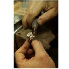 goldsmith; orafo artigiano; gioielliere artigiano; fase di lucidatura di un gioiello; lucidatura;