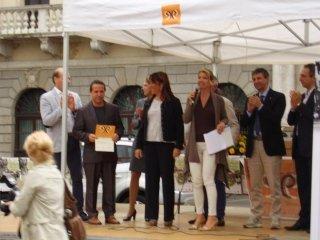 Assessore Marta Dalla Vecchia premia i fratelli Annalisa e Beniamino Cattelan in Piazza dei Signori : Negozi e Attività Storiche di Padova