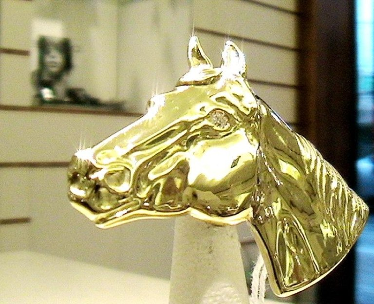 Cattelan - spilla cavallo in oro e diamante
