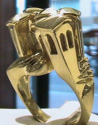 Cattelan - anello scultura borghetto medievale