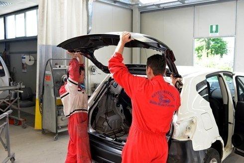 riparazione di cofano auto