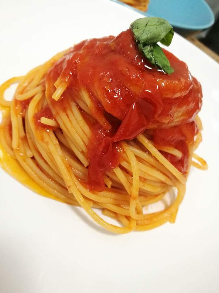 piatto creativo di spaghetti con sugo di pomodoro