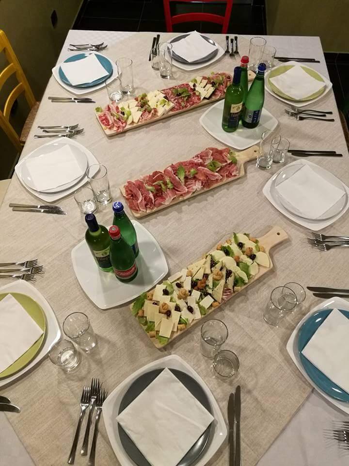 tavolo apparecchiato con degustazioni sul tavolo
