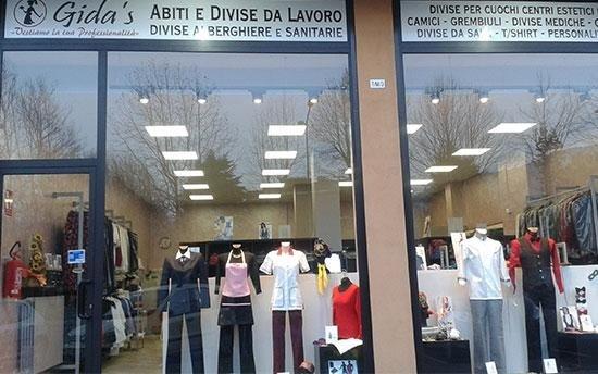 vetrina con Abbigliamento professionale in eposizione
