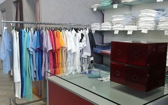 magliette colorate esposte e piegati su scaffali