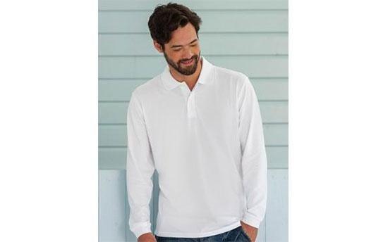 un ragazzo indossa una camicia bianca