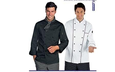due uomini indossano abbiagliamento professionale da cucina