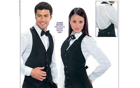un ragazzo e una ragazza indossano divisa da cameriere